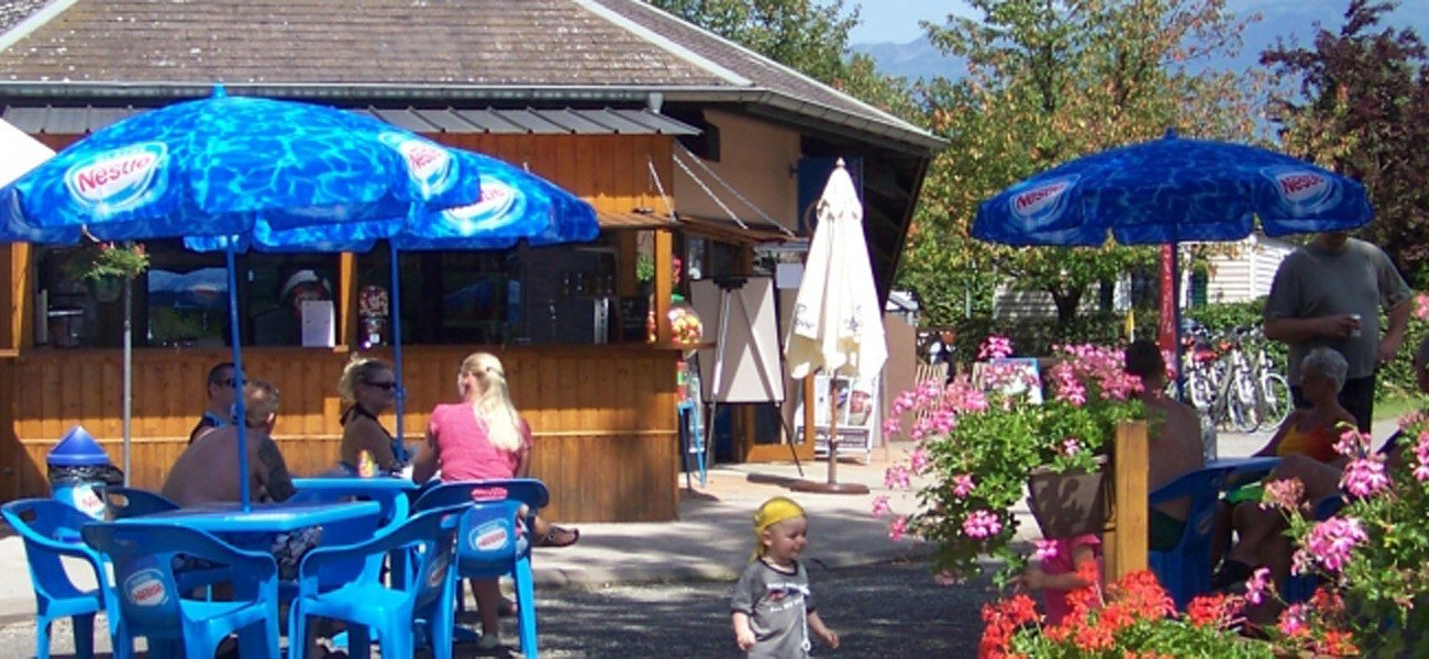 Camping Lac de Carouge - Shaded Snack Terrace